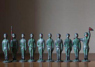 Аутентичные оловянные солдатики и армейский боулинг