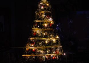Складная настенная елка для компании «ЮниКредит Лизинг»